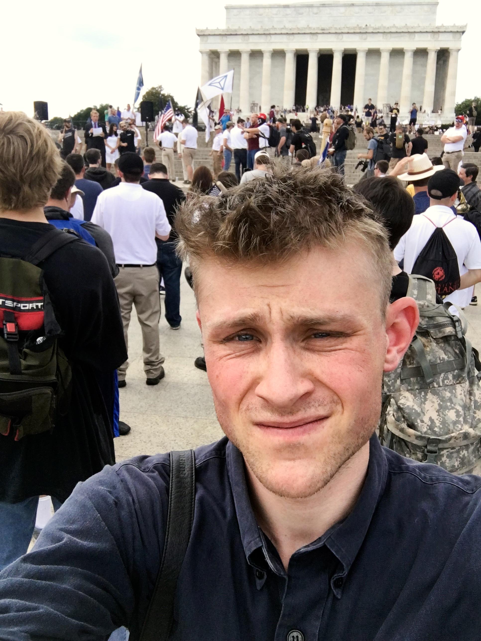 Patrik Hermansson tar en  selfie i anslutning till en högerextrem demonstration i USA.