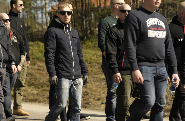Ludvig Delin demonstrerar med Nordiska motståndsrörelsen i Falun 1 maj 2017.