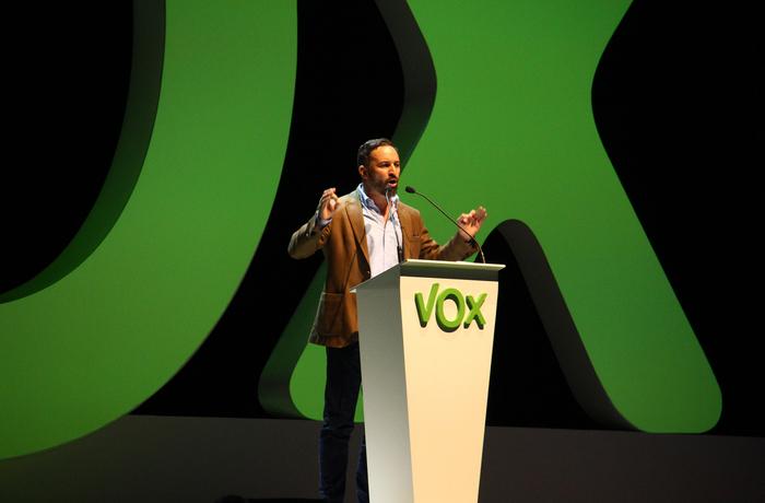 Vox partiledare Santiago Abascal jublar över partiets valresultat. Arkivbild.