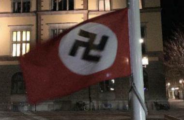 Hakkorsflaggan som hissades på Fristadstorget i Eskilstuna