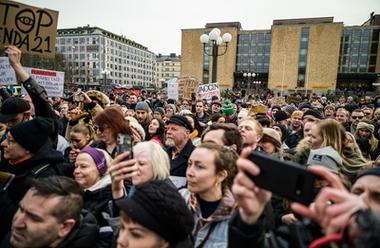 Hundratals demonstranter samlades på Medborgarplatsen i Stockholm den 6 mars för att protestera mot restriktioner kopplade till coronapandemin.