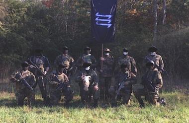 I sin propaganda vill nazistorganisationen The Base framställa sig som militant.