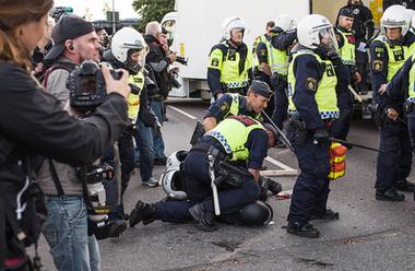 Aktivist från Nordiska motståndsrörelsen grips under organisationens demonstration i september 2017, Göteborg.
