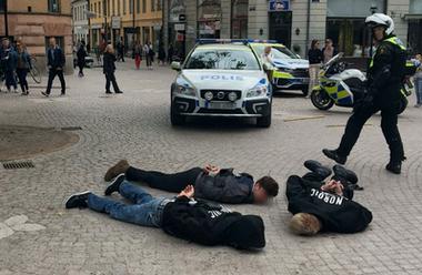 Lund 1 juni 2019. NMR-aktivister omhändertas av polis.