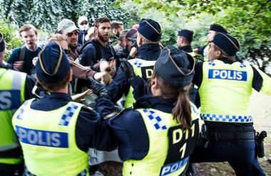 Flera omhändertagna efter protest mot Prideparaden