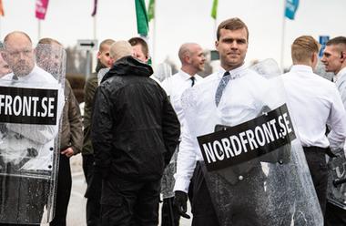 Viktor Melin deltar på Nordiska motståndsrörelsens demonstration i Borlänge 1 maj.