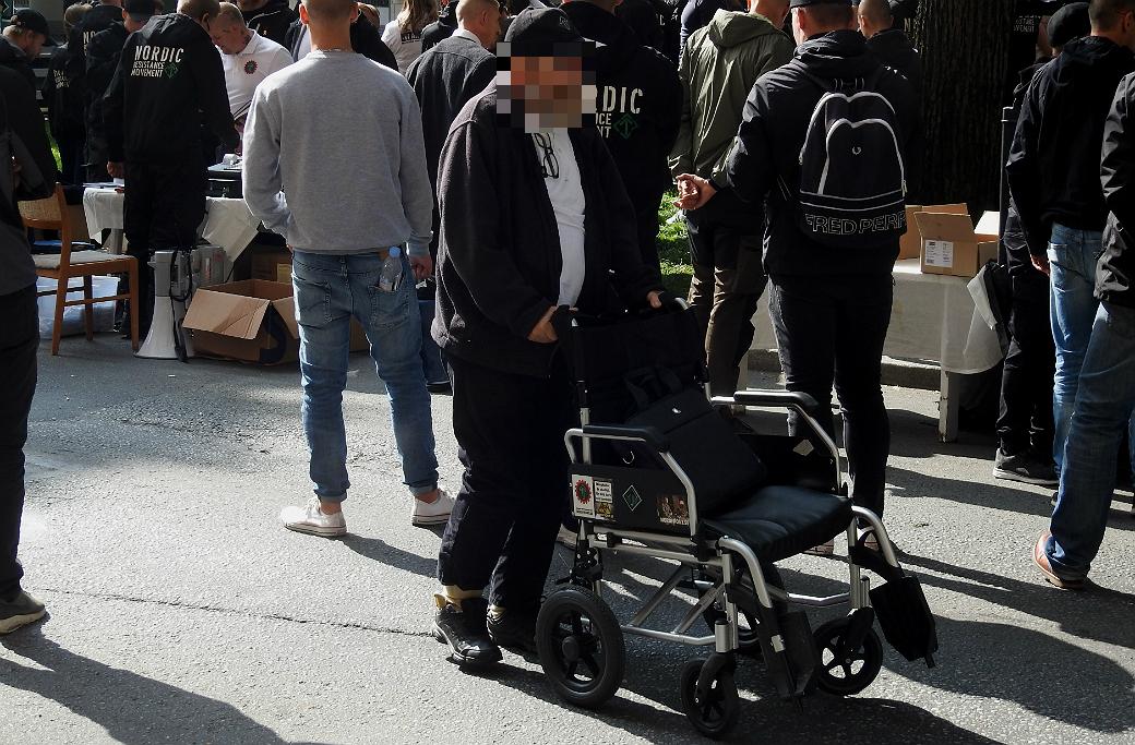 Åtalad man demonstrerar med Nordiska motståndsrörelsen i Stockholm 2018.