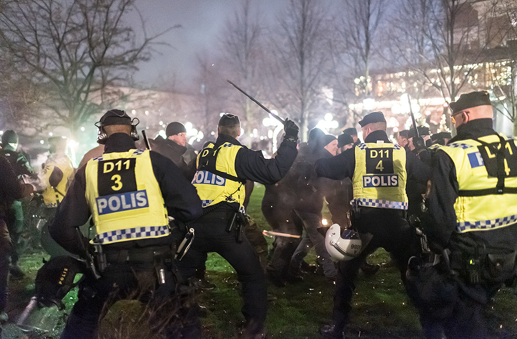 Stökigt när NMR-aktivister attackerade motdemonstranter i anslutning till ett Nordisk ungdom-evenemang.