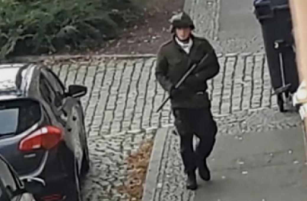 Den tyske högerextremisten utanför synagogan i Halle, Tyskland.
