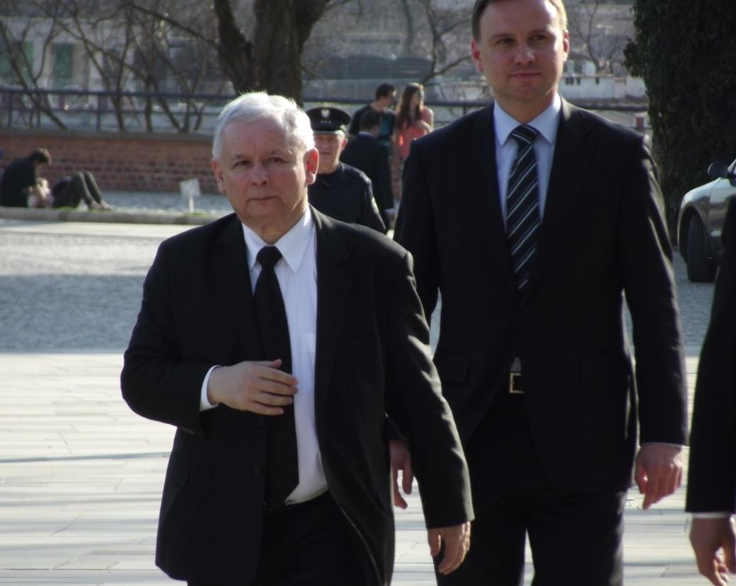 Lag och Rättvisas partiledare Jarosław Kaczyński, med Polens president Andrzej Duda i bakgrunden.