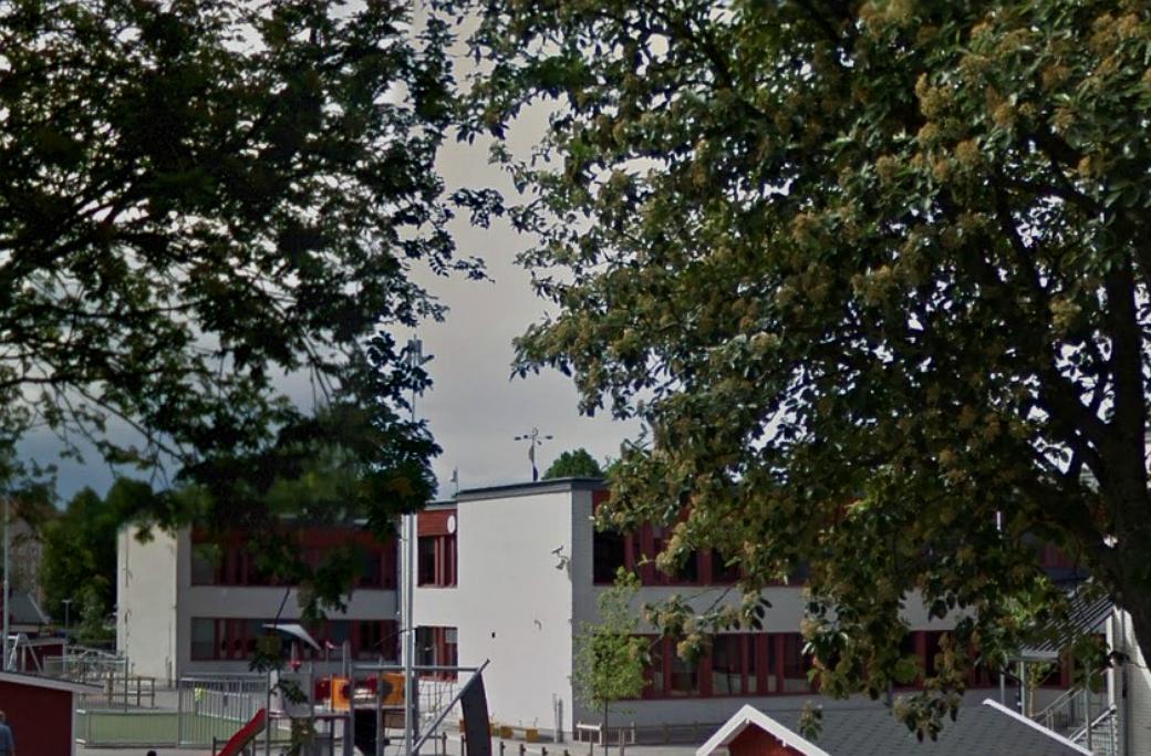 Dekorationen som väckte ilska syns från skolgården på Staffansskolan i Gävle.