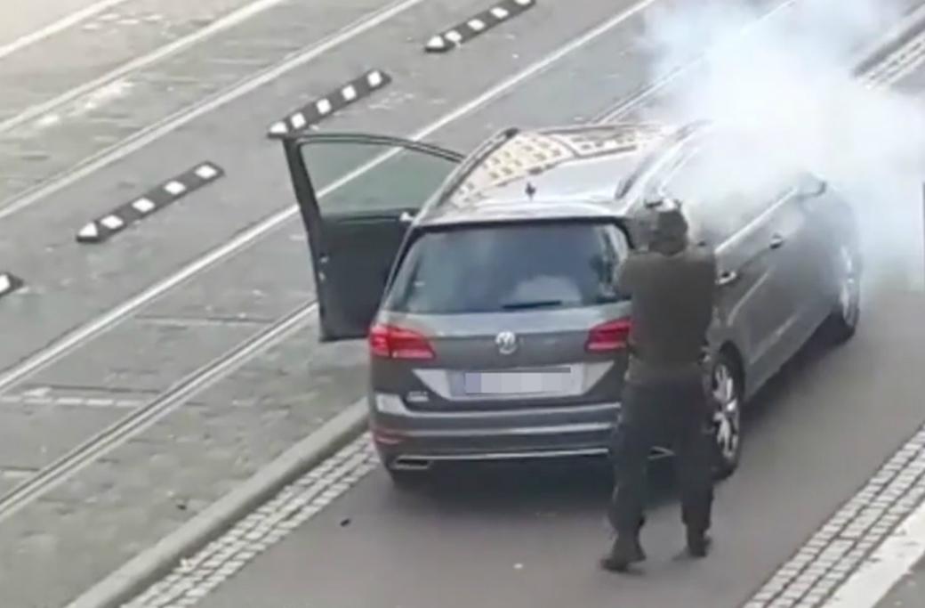 Den misstänkte gärningsmannen i tyska Halle avlossar sitt vapen