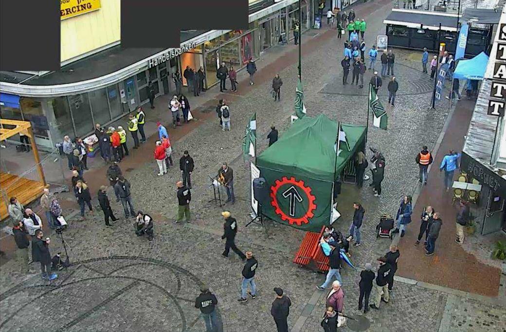 Bild från en övervakningskamera som filmade händelserna vid NMR:s valtält i Ludvika.