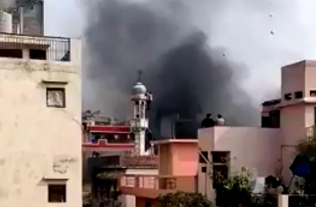 Moskén i Ashok Nagar, Delhi, brinner.