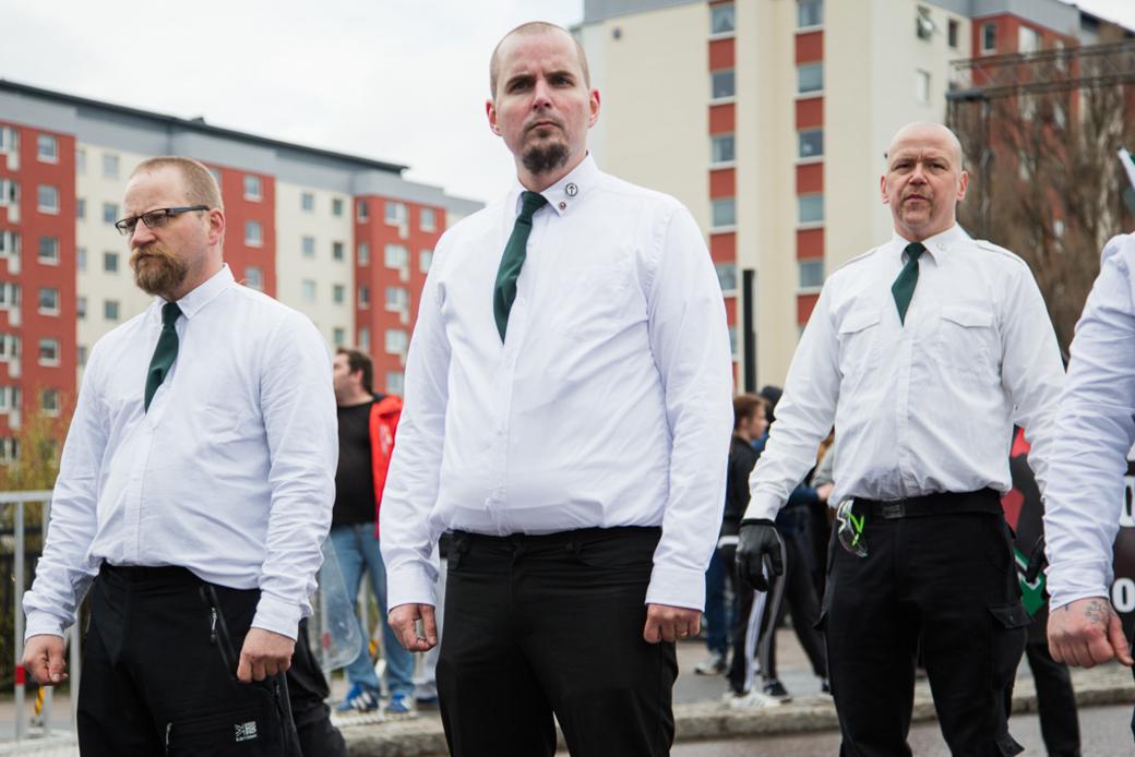 I mitten: Simon Lindberg, ledare för Nordiska motståndsrörelsen.
