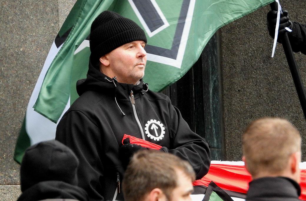 Anders Jonsson vid en manifestation med Nordiska motståndsrörelsen.