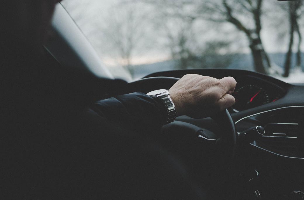 Man kör bil