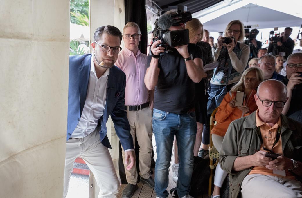 Sverigedemokraternas partiledare Jimmie Åkesson äntrar scenen under en pressträff i Almedalen 7 juli 2018.