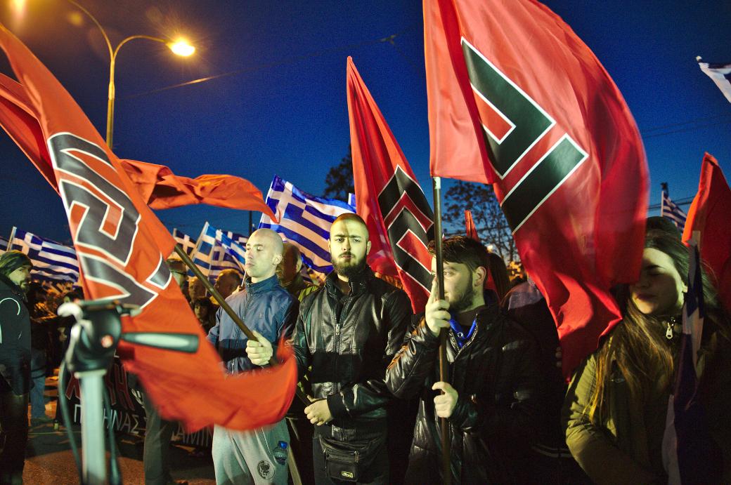 Medlemmar ur det grekiska nazistpartiet Gyllene gryning demonstrerar i Athen 2015.
