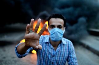 Demonstrant gör Rabaa-tecknet.