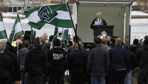 Bo Nilsson, toppkandidat i för Nordiska motståndsrörelsen i Boden, håller tal i Boden