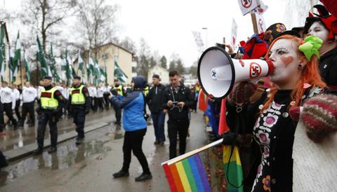 Clowner mot rasism demonstrerar mot nazisternas tåg i Ludvika.