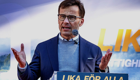 """Kristersson talar under Almedalsveckan inför riksdagsvalet 2018 under partiets kampanjslogan """"Lika för alla""""."""