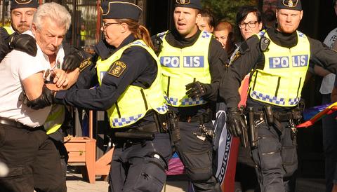 Bo Nilsson (NMR) omhändertas av polis efter att han attackerat en 16-åring i Boden.