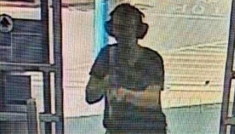 Mördaren fångad på stormarkandes övervakningskamera.