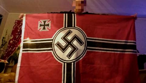Man döms efter att han spridit bild där han poserar med nazistflagga.