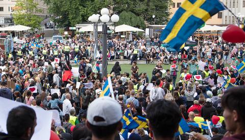 """""""Sverigevänner"""" möttes upp för att demonstrera mot utvisningshotade afghaner på Medborgarplatsen i Stockholm 2017."""