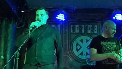 Ukrainas premiärminister Oleksij Honcharuk på scenen med det nazistiska bandet Sokyra Peruna.