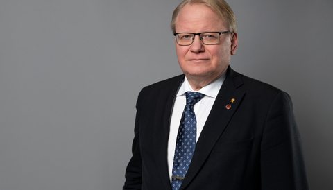 Peter Hultqvist, försvarsminister